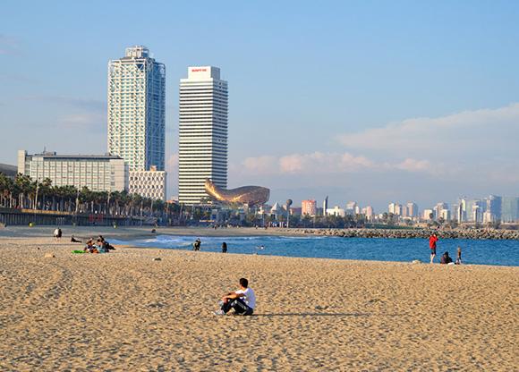 Disfruta de la playa viajando en AVE los últimos días del verano