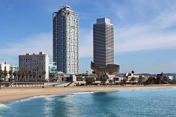 Disfruta de los mejores hoteles de Barcelona viajando en trenes AVE