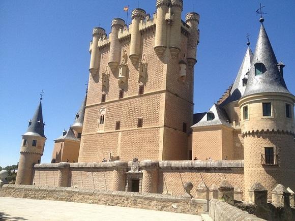 Conoce el turismo gastronómico y religioso de Segovia viajando en trenes AVE económicos