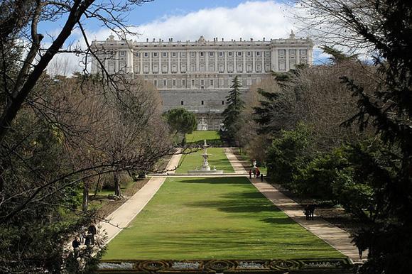 Descubre la ciudad de Madrid en un día viajando con trenes AVE